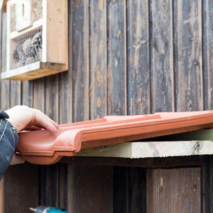 Das Insektenhotel bekommt ein Dach…